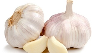 application of garlic against fungus on the feet